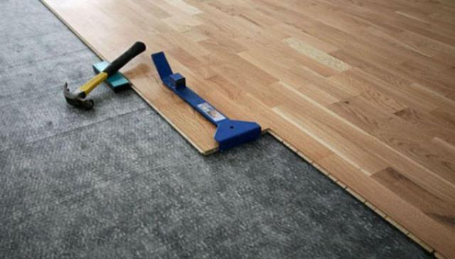 Ламинаты можно укладывать на бетонную стяжку, линолеум, старые деревянные полы