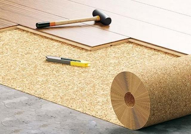 Пленка укладывается на бетон с нахлестом не менее 20 см, не заходя на стены, концы материала по длине закрепляются клейкой лентой.