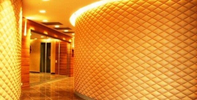 Стеганные стены в коже можно использовать в коридорах и прихожих