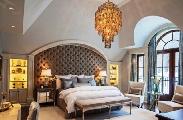 Красиво смотрится панель из кожи у изголовья кровати в классическом интерьере