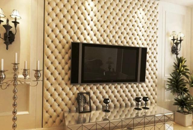 Фото: стеганная обивка стены в гостиной бежевой кожей как декор ТВ зоны