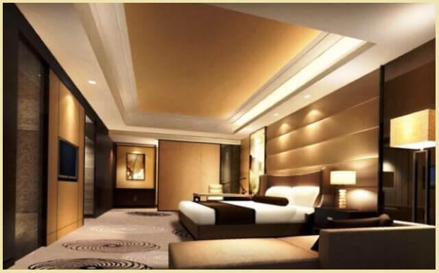 Если же есть желание зашить панелями все стену за кроватью, то это лучше делать в большом и просторном помещении.